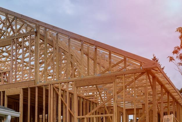 Nouvelle construction de maison encadrant contre un ciel bleu