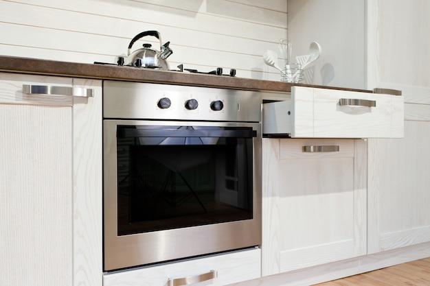 Nouvelle cuisine blanche luxueuse avec des appareils modernes
