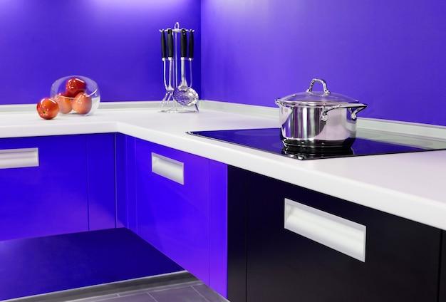 Nouvelle cuisine bleue luxueuse avec des appareils modernes