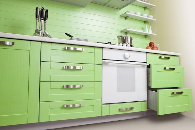 Nouvelle cuisine verte luxueuse avec des appareils modernes