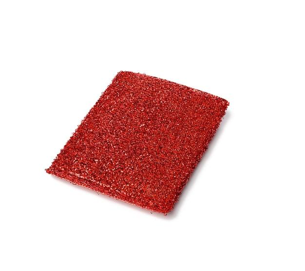 Nouvelle éponge en métal rouge pour laver la vaisselle isolée, gros plan