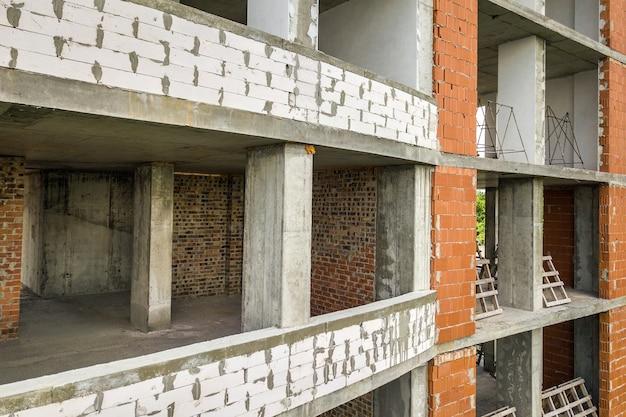 Nouvelle façade d'immeuble d'appartements avec de nombreuses fenêtres et chambres plates en construction.
