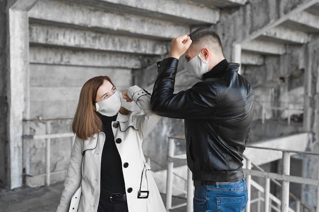 Une nouvelle façon de saluer pour éviter la propagation du coronavirus