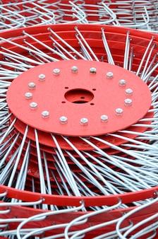 Nouvelle faneuse rouge pour remorque dans les machines agricoles pour ramasser le foin. fermer