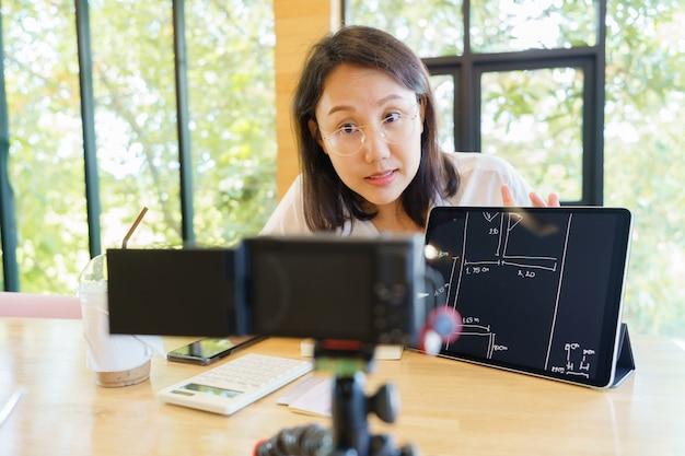 Nouvelle femme asiatique normale âgée de 30 à 35 ans, présentation d'entraîneur vlogger formant des personnes en ligne.