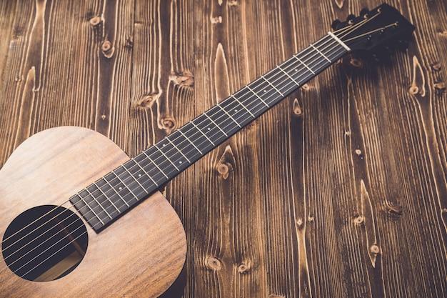Nouvelle guitare marron sur planche de bois