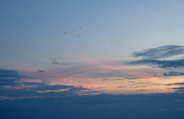 Nouvelle lune et beau coucher de soleil. fond de nature dramatique.