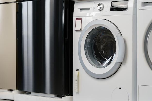 Nouvelle machine à laver dans un magasin d'électroménager