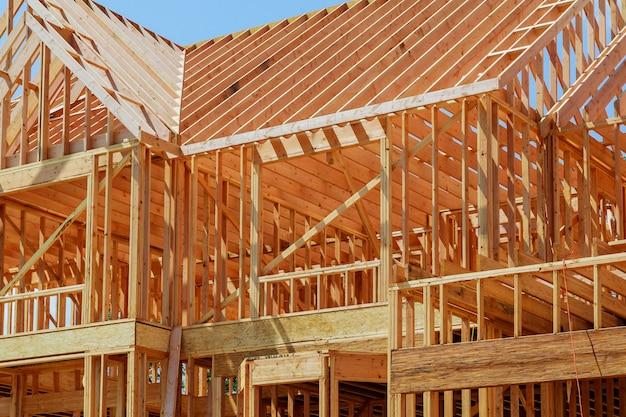 Nouvelle maison de construction résidentielle encadrant un ciel bleu.
