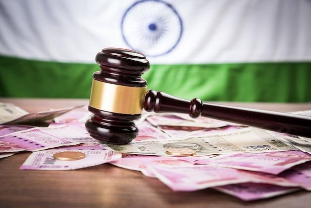 Nouvelle monnaie indienne roupie notes avec gavel en bois montrant la loi financière en inde avec tricolor en arrière-plan