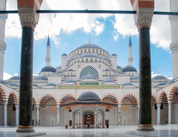 La nouvelle mosquée de çamlca depuis l'entrée principale de la mosquée d'istanbul.