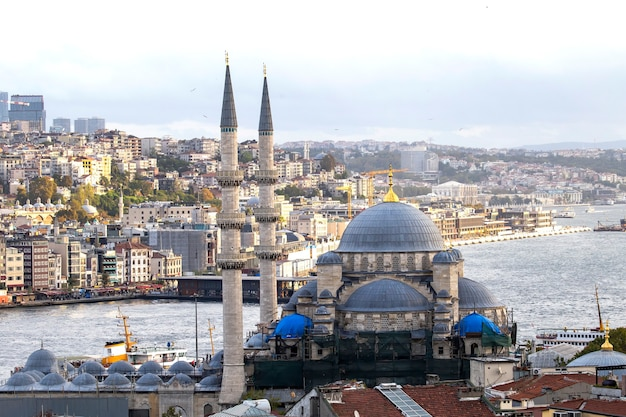 Nouvelle mosquée avec détroit du bosphore et ville, istanbul, turquie
