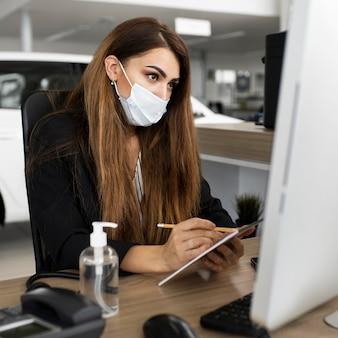 Nouvelle normale au bureau avec masque facial
