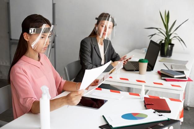 Nouvelle normalité au bureau pour les employés d'entreprise