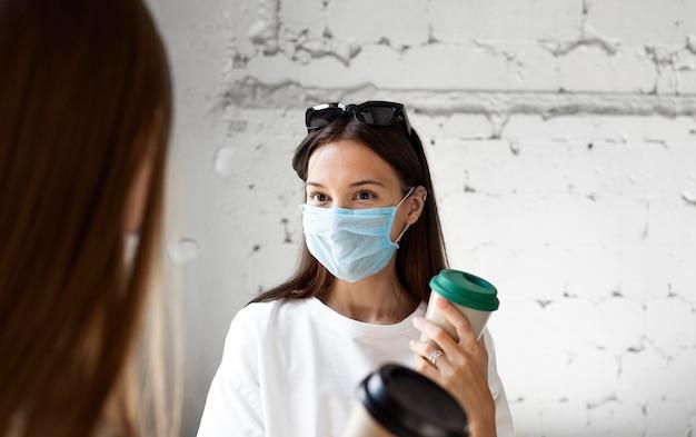 Nouvelle norme avec masque facial et mesures de sécurité