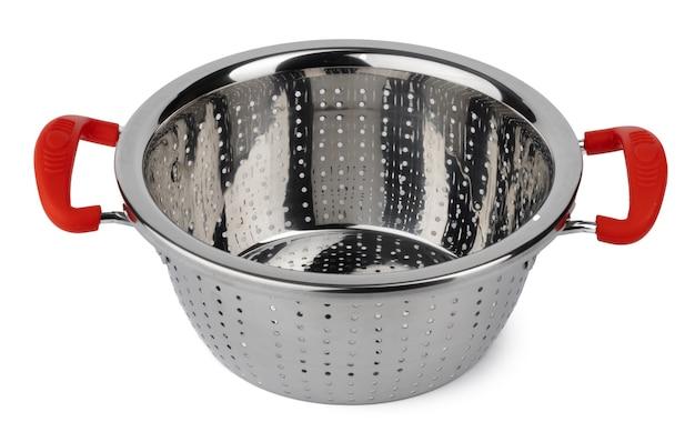 Nouvelle passoire de cuisine en métal isolé sur fond blanc