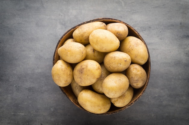 Nouvelle pomme de terre sur le bol sur gris