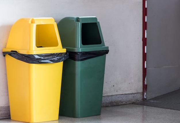 Nouvelle poubelle en plastique dans le parc alimentaire urbain
