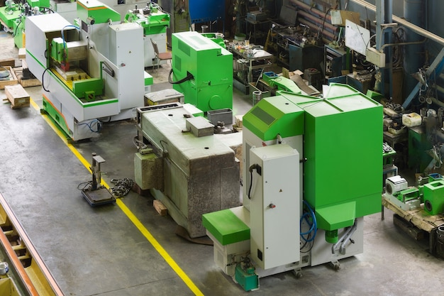 Nouvelle Et Puissante Machine à Travailler Les Métaux Dans Un Atelier Moderne Photo Premium