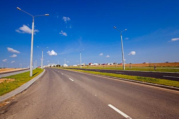 La nouvelle route - la nouvelle route construite dans le nouveau quartier de la ville en construction