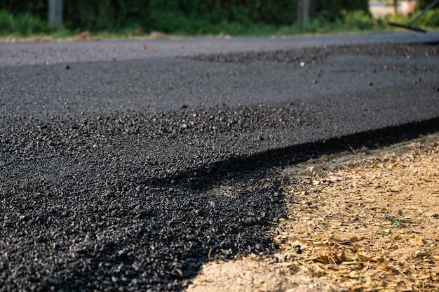 Nouvelle route de texture asphaltée goudronnée de réparation sur l'autoroute endommagée