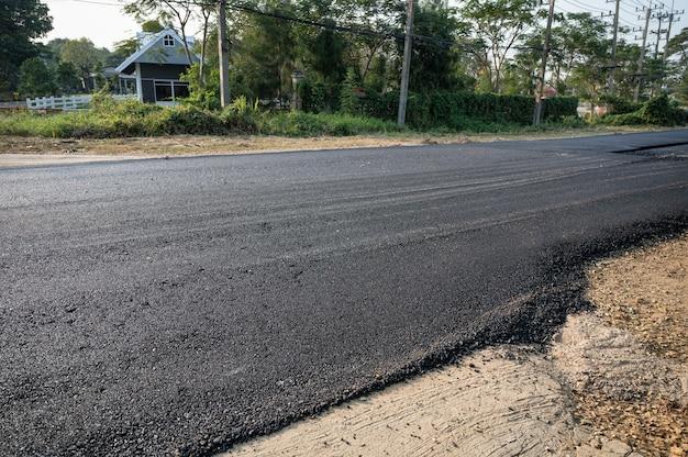 Nouvelle route de texture goudronnée d'asphalte de réparation sur l'autoroute endommagée en chantier