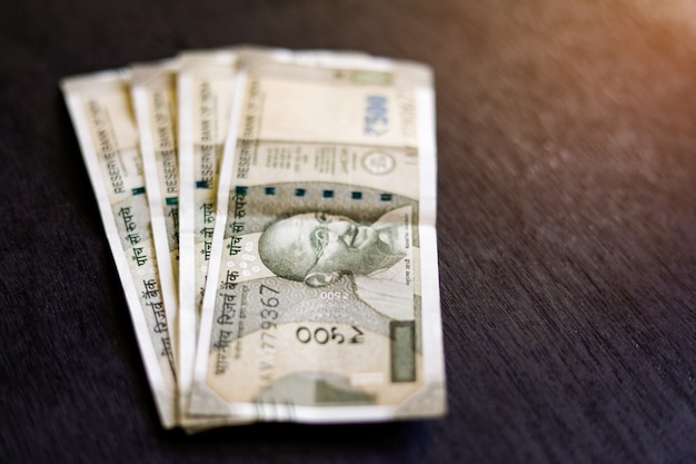 Nouvelle série indienne cinq cents roupies sur table en bois