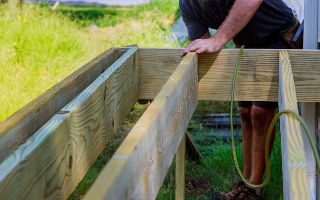 Une nouvelle terrasse en bois et en bois est en construction. il est terminé.