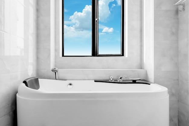 La nouvelle toilette et baignoire