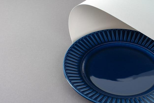 Nouvelle vaisselle en céramique brillante. fermer
