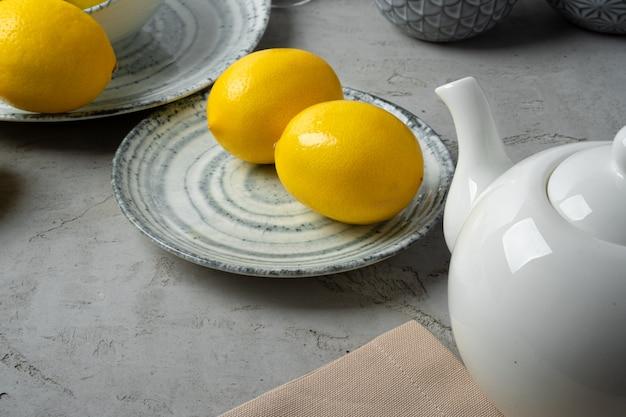 Nouvelle vaisselle en céramique avec plusieurs citrons pour la décoration