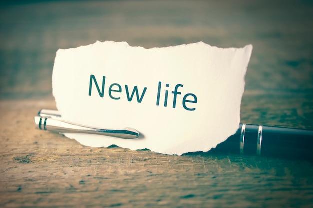 Nouvelle vie écrit sur papier et stylo