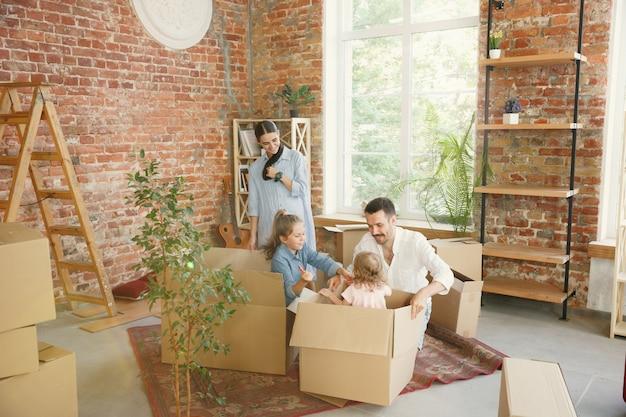 Nouvelle vie. la famille adulte a déménagé dans une nouvelle maison ou un nouvel appartement.