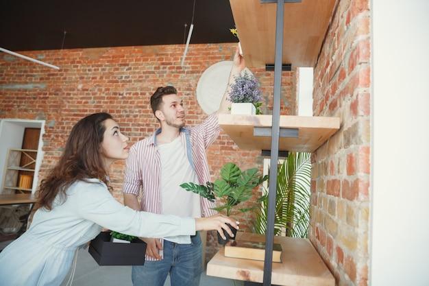 Nouvelle vie. jeune couple a déménagé dans une nouvelle maison ou un nouvel appartement. ayez l'air heureux et confiant