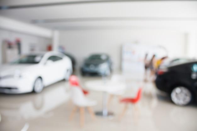 Nouvelle voiture chez nouveau concessionnaire de salle d'exposition de voiture floue
