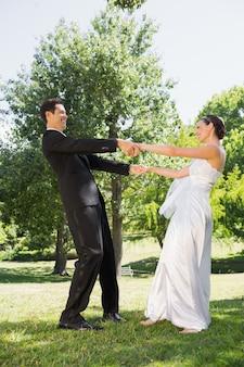Nouvellement marié couple appréciant dans le parc