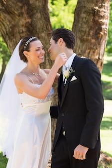 Nouvellement marié un couple sur le point de se faire un câlin dans le jardin