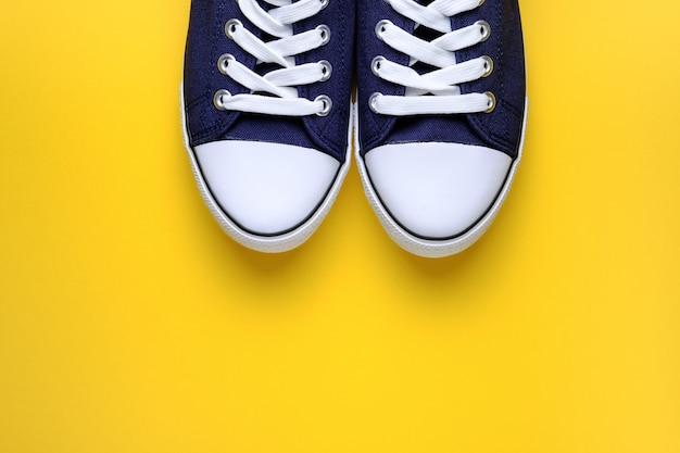 Nouvelles baskets de sport bleues propres avec lacets blancs, vue de dessus