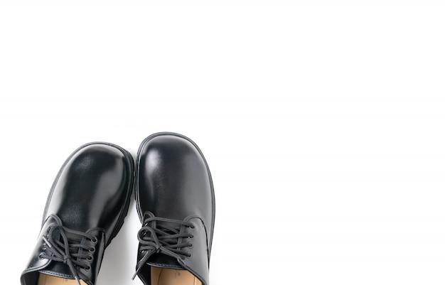 Nouvelles chaussures d'étudiant en cuir isolés on white