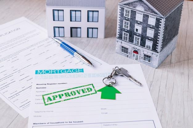 Nouvelles clés de la maison en composition avec des papiers
