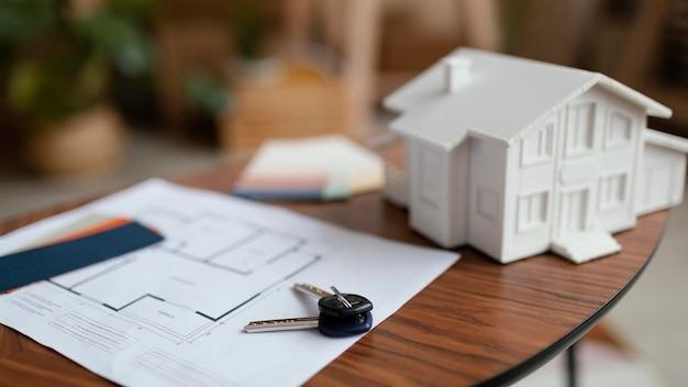 Nouvelles clés de la maison et plan sur table