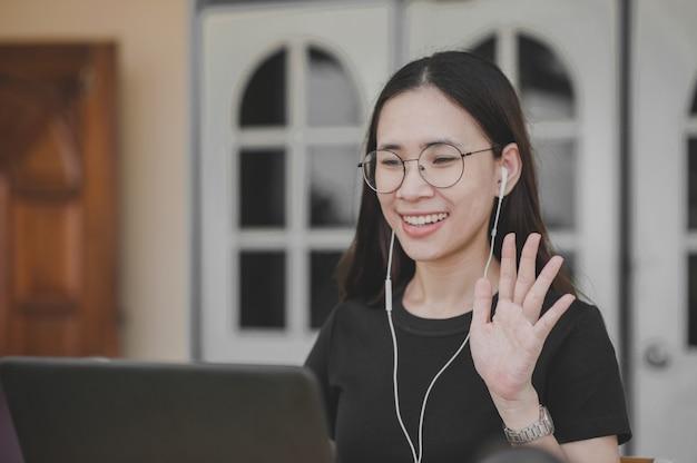 Nouvelles femmes normales travaillent à domicile vidéoconférence distance sociale rester à la maison rester en sécurité