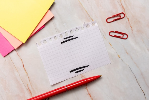 Nouvelles idées, concept frais, communications créatives, esprit productif, matériel d'écriture, outils d'entreprise, mémo, fourniture de bureau, feuille de papier vierge