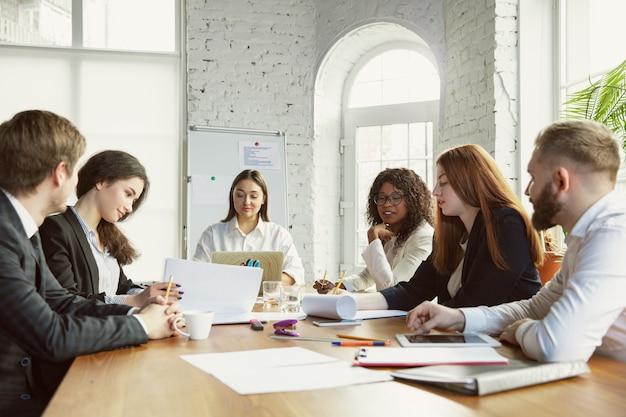 De nouvelles idées groupe de jeunes professionnels ayant une réunion