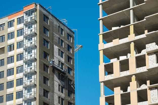 Nouvelles maisons construites avec des travaux de construction inachevés. concept de construction et de développement