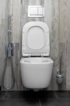 Nouvelles toilettes et douche en céramique dans la salle de bain.