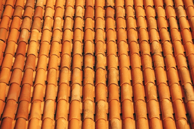 Nouvelles tuiles brunes propres sur le toit du bâtiment