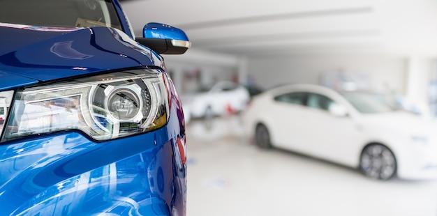 Nouvelles voitures en arrière-plan intérieur de salle d'exposition concessionnaire