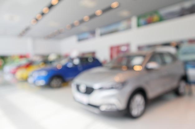 Nouvelles voitures dans la salle d'exposition floue défocalisé