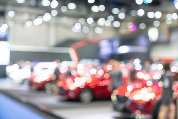 Nouvelles voitures dans la salle d'exposition pour que les clients puissent les voir et les acheter.